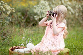bambina che gioca con una macchina fotografica