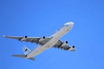 aereo fotografato con una focale lunga, tipica delle bridge