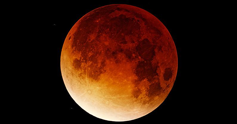 fotografia della luna rossa durante l'eclissi