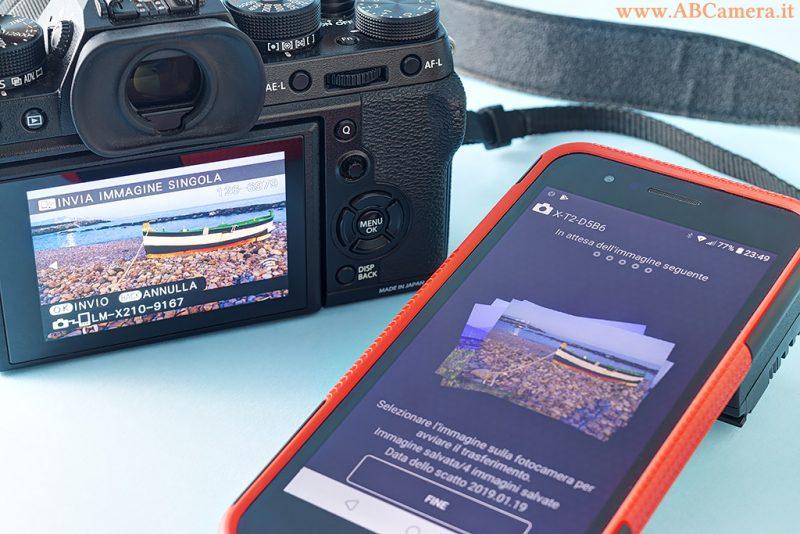 fotocamera mirrorless collegata con wifi ad uno smartphone